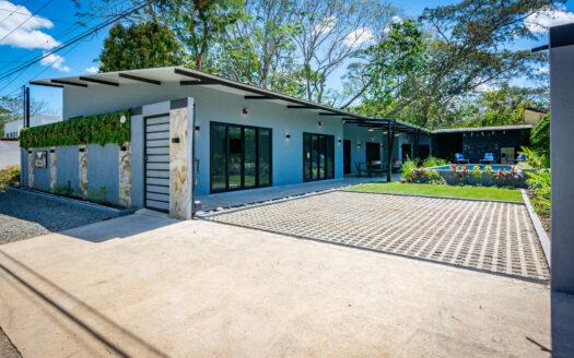Casa Plomo!-Brand-new 4-bedroom luxury home with pool near beach